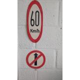 placas de sinalização de rodovias que indicam velocidade