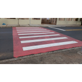 sinalização horizontal de cor vermelha
